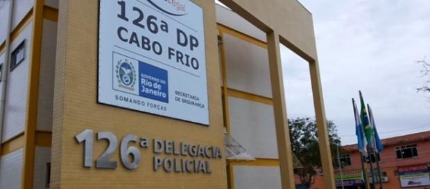 O criminoso que abusou do menino de 4 anos foi detido na 126ª DP de Cabo Frio e depois levado para o complexo Bangu no Rio, onde espera julgamento.