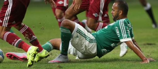 Alecsandro disputa bola com jogadores do Fluminense pela Copa BR em 2015.