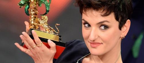 Arisa in posa con il premio a Sanremo
