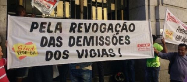 Faixa usada na manifestação pedindo a revogação das demissões dos vigias
