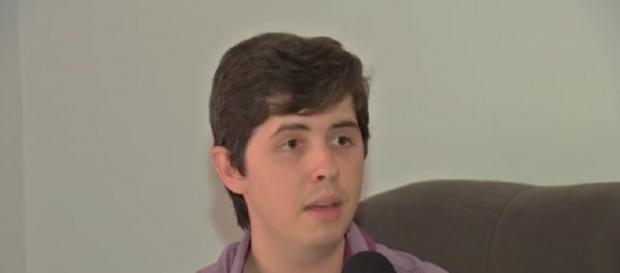Renan demorou mais de 4 anos para devolver livro e recebeu uma multa abusiva de R$4,3 mil.