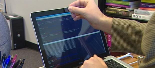 Tot mai multe persoane își acoperă camerele laptopurilor