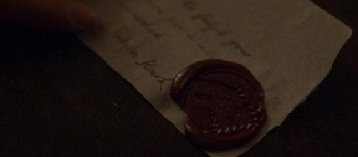 La carta redactada por Sansa sellada con el emblema de los Stark
