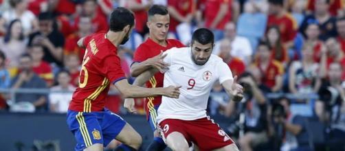 Lucas Vázquez y Juanfran Torres intentado frenar al jugador de Georgia