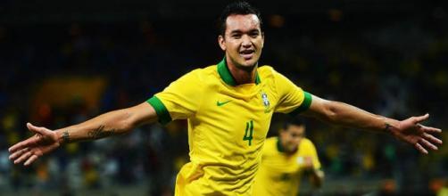 Réver, que já teve passagens pela Seleção, ficará no Flamengo até junho de 2017