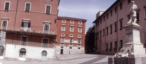 Carrara: cancello cade su due studenti