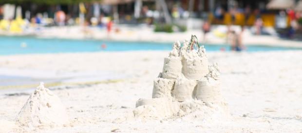 Castillo de arena blanca a la orilla del mar