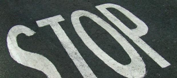 La scritta Stop sull'asfalto stradale