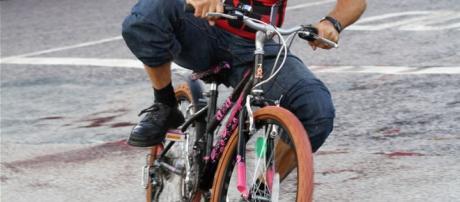 Il video finito in rete del Poliziotto che a Padova sottrae una bici per rincorrere un malfattore.