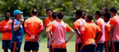 Por causa de desfalques, treinador foi obrigado a improvisar jogadores em treino