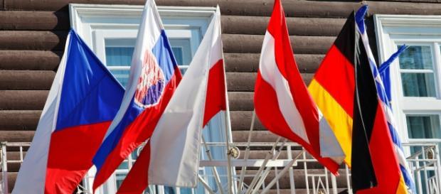 La bandiera della Grecia è l'ultima in fondo a destra.