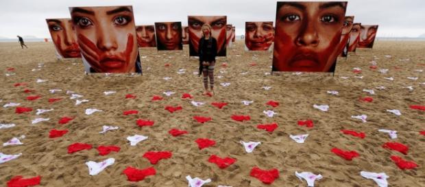 Manifestación en Copacabana con bragas y sangre como símbolo contra la violación.