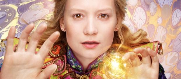 Mia Wasikowska retoma o papel de Alice nesta sequela.