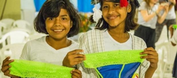 niñas mostrando los calzones Be Girl