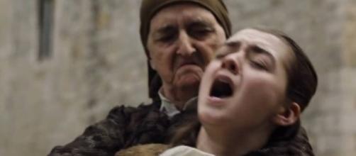 Arya Stark sendo esfaqueada de surpresa pela Waiff.