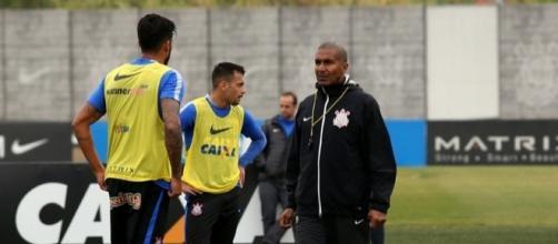 Cristóvão Borges não poderá contar com Camacho por aproximadamente um mês.