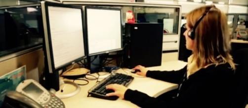 Una giovane al lavoro in un call center