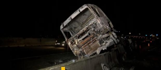 Caminhão carregava álcool combustível na descida da serra entre Curitiba e Paranaguá