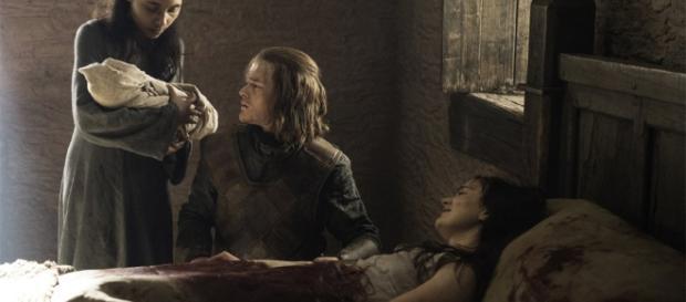 Ned Stark deja la espada del Amanecer a los pies de la cama de Lyanna