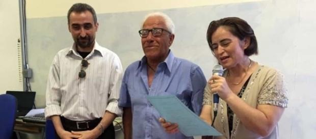 Ultime notizie scuola, venerdì 1 luglio 2016: Antonio Pugliese al momento del ritiro del diploma (Foto Brindisi Report)