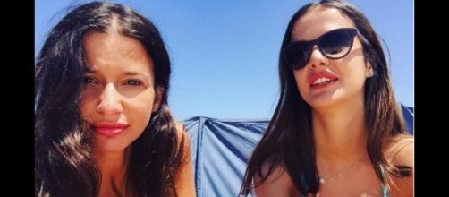 As duas irmãs gémeas Mara e Petra tiraram fotografia na praia
