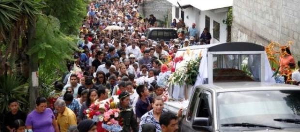 Cientos de personas despiden a la activista