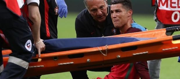 Cristiano Ronaldo deixa a Eurocopa chorando após se machucar