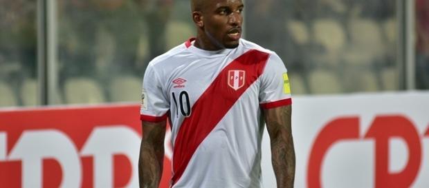 Jefferson Farfan defendendo a camisa da seleção peruana