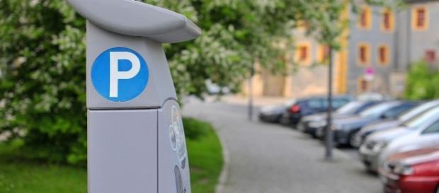 Strisce blu, nuove regole: parcheggio gratis se il parcometro non ha il bancomat.
