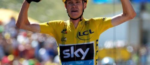 Ciclismo – OA - oasport.it / Chris Froome festeggia in maglia gialla: sarà così anche a Parigi?