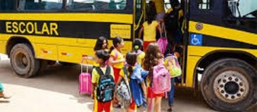 Crianças e adolescentes são vítimas de assalto em escolares