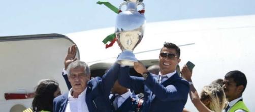 Cristiano Ronaldo y el entrenador Fernando Santos, alzan el trofeo de la Euro al arribar a Lisboa