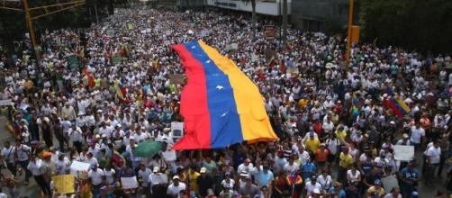 Il Venezuela è sull'orlo del baratro.