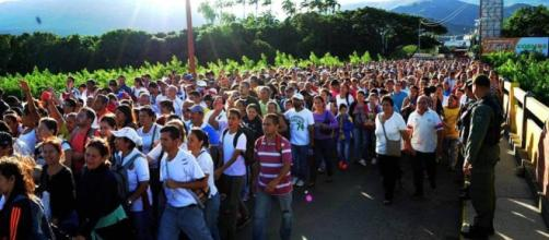 Venezuela deja salir a Colombia a miles de personas para que ... - elpais.com