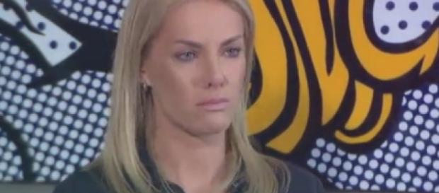 Ana Hickmann chora ao falar de cunhado
