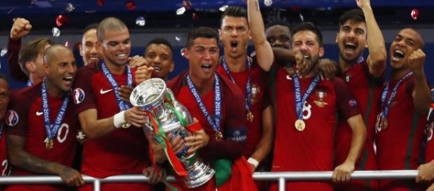 Cristiano Ronaldo levantando la Eurocopa