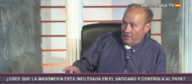 El Padre Jesús Calvo, entrevistado en Alerta Digital, defendiendo al dueño neonazi de la Librería Europa, y acusando a los judíos de calumniadores.