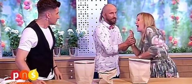 Mágico erra truque ao vivo e fura mão de apresentadora