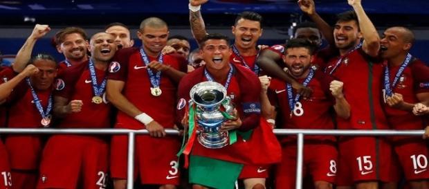 Portugueses celebram o título inédito da Eurocopa conquistado neste domingo, dia 10