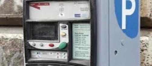 Strisce blu: se il parchimetro non ha il bancomat gratis è il parcheggio