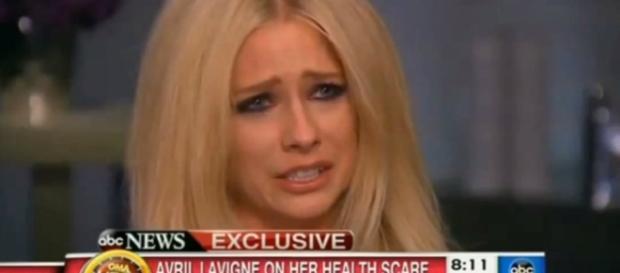 Avril Lavigne évoque sa maladie en larmes