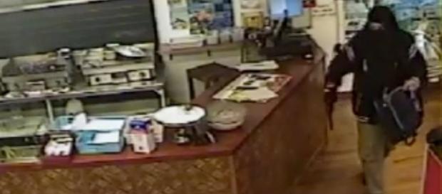 Momentul în care jefuitorul părăsește descumpănit magazinul - Foto: Captură ecran