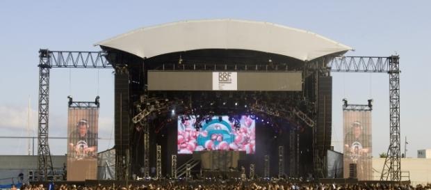 Escenario del BBF en la playa del Forum. Imagen procedente de: bcnbeachfestival.com