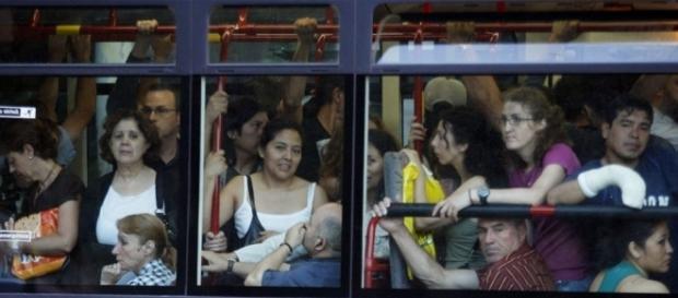 Un autobús lleno de viajeros | Edición impresa | EL PAÍS - elpais.com