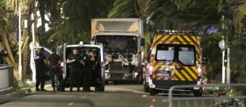 Attentato a Nizza, 80 morti: un camion sulla folla - Foto - Video ... - panorama.it