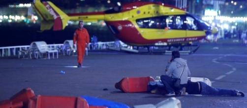 Caminhão atropela multidão e polícia fala em atentado que deixou 73 mortos, em Nice