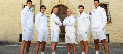 El equipo argentino de Copa Davis enfrenta a Italia en Pesaro en busca de las semifinales