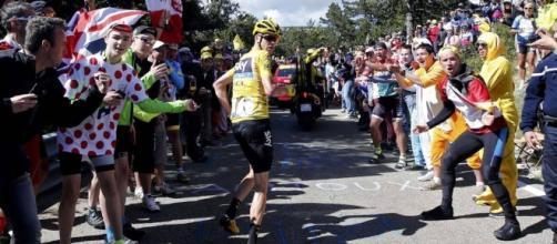 Froome corre por las pendientes del Gigante de la Provenza a la espera de que su equipo le proporcione una nueva bicicleta