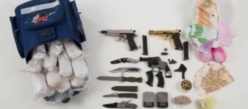l'eroina sequestrata dalla polizia berlinese insieme a pistole e coltelli