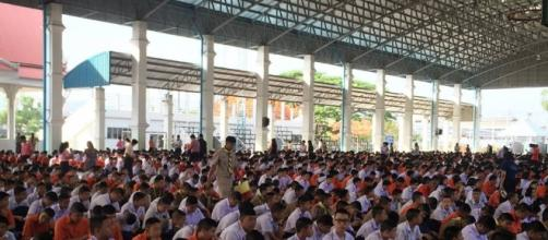 Thai secondary school students meditating at morning ceremony before class begins - Photo by Christine Hayes